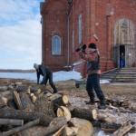 Село Андреевка Аургазинского района. Анатолий и Сергей рубят дрова